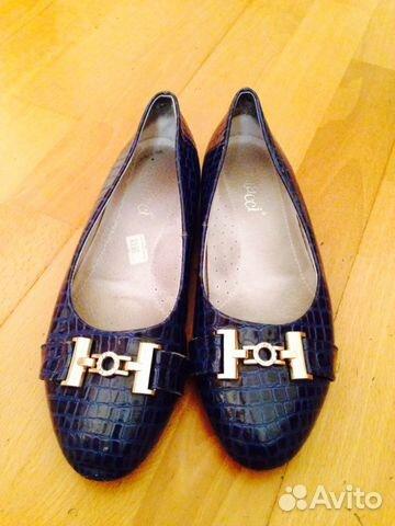 Бежевые лаковые туфли на высоком каблуке
