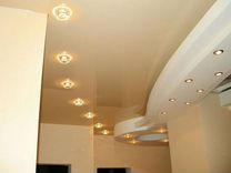 Натяжной потолок со светильниками в ряд